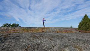 Tjej som tränar på klipporna