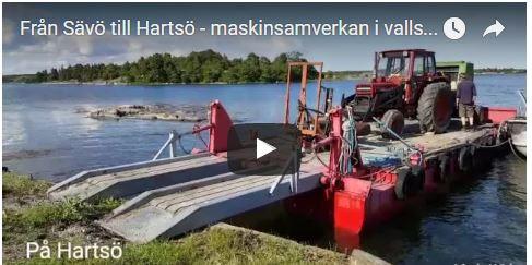 Film om hur vi transporterar traktor och vallmaskiner på pråm i skärgråden