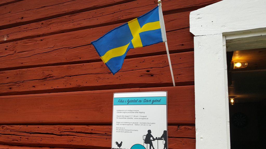 Gårdscafeet med svensk flagga