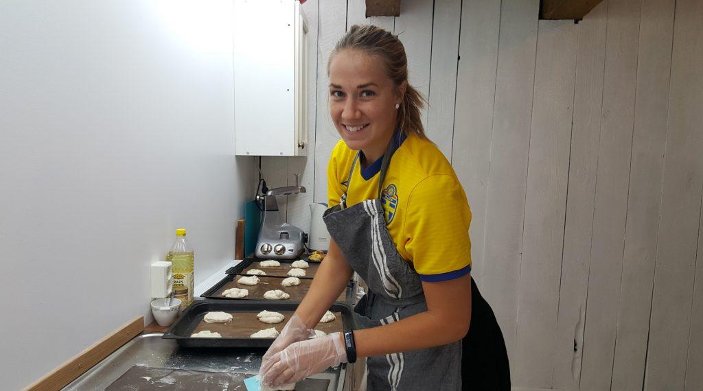 En tjej som bakar i ett kök